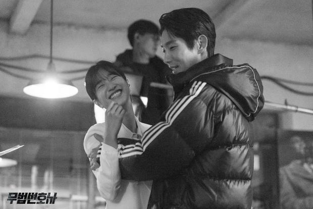 Chuyện ngược đời: Bắt tài tử Hạ Cánh Nơi Anh xa lánh Seohyun, Seo Ye Ji vẫn thân mật với Lee Jun Ki, còn ôm ấp ngay trên thảm đỏ - Ảnh 9.