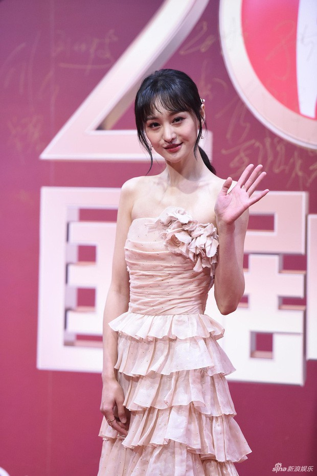 Đều sinh năm 1992, nhan sắc dàn nữ thần Cbiz lại quá khác biệt: Nhiệt Ba già chát, Trịnh Sảng - Dương Tử nhiều lần gây sốc - Ảnh 12.
