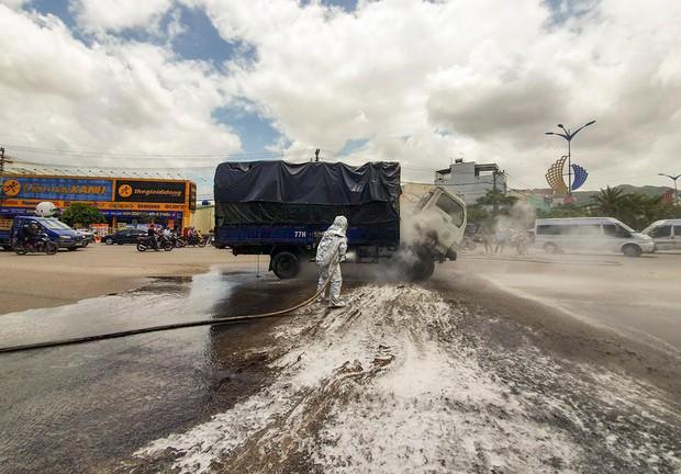 Xe tải chở dầu bất ngờ bốc cháy trên quốc lộ 1 - Ảnh 1.