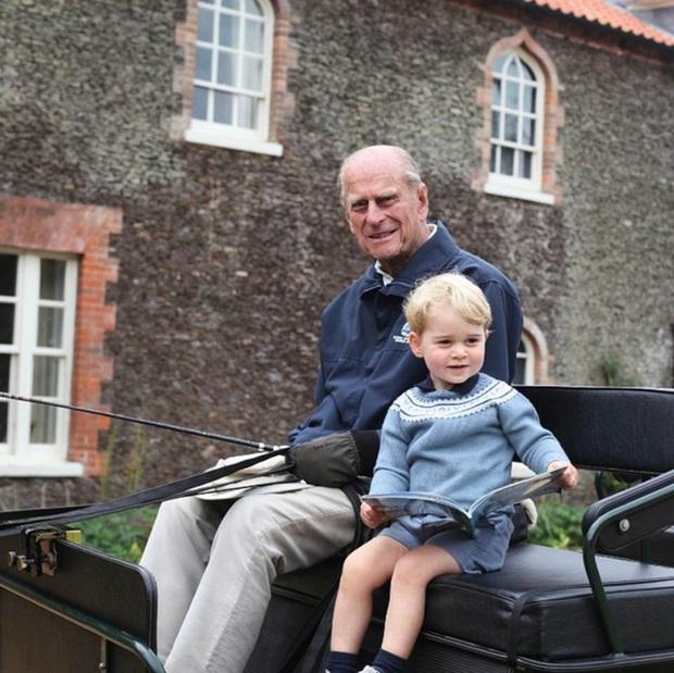 Hoàng tử William và em trai Harry cùng lên tiếng trước sự ra đi của ông nội - cố Hoàng thân Philip trong chia sẻ đầy xúc động - Ảnh 1.
