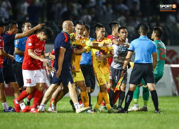 Xác định cầu thủ CLB TP.HCM húc đầu làm trọng tài chảy máu mồm trên sân Thanh Hoá - Ảnh 2.