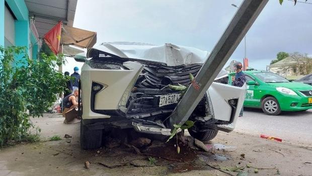 Lexus RX300 va chạm với 2 xe máy trên quốc lộ 1A, 2 người nhập viện - Ảnh 1.