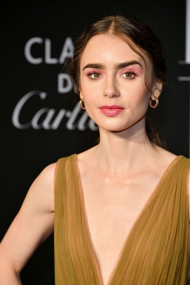 Loạt ảnh bạch tuyết Lily Collins đi sự kiện đang khiến dân tình điên đảo: Xinh rụng rời, bảo sao được gọi là nữ thần thảm đỏ - Ảnh 3.