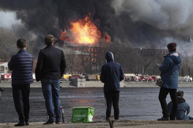 Cháy lớn trong đêm, nhà máy lịch sử Nevskaya Manufaktura ở St. Petersburg có nguy cơ đổ sập - Ảnh 1.
