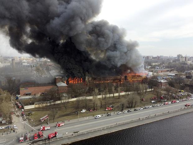 Cháy lớn trong đêm, nhà máy lịch sử Nevskaya Manufaktura ở St. Petersburg có nguy cơ đổ sập - Ảnh 2.
