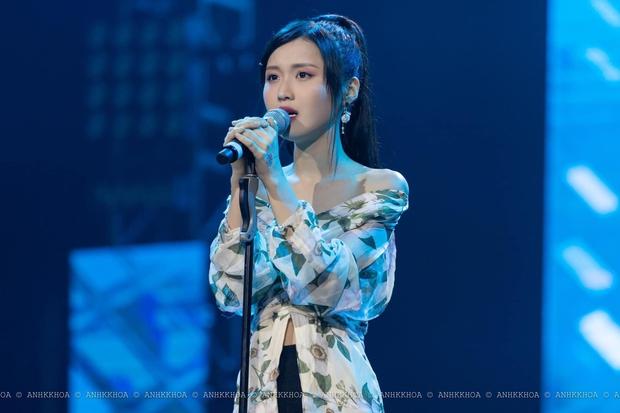 Cùng được che ô khi biểu diễn, AMEE và Han Sara xử lý khác hẳn nhau nhưng dân tình có chung một phản ứng - Ảnh 10.