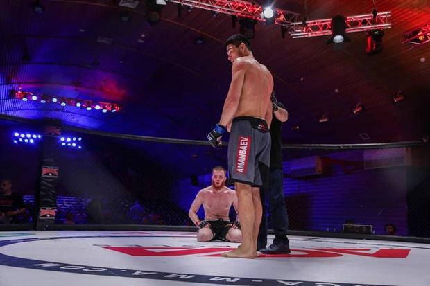 Tự ý vượt mặt trọng tài để choảng nhau với đối thủ, võ sĩ bị tước luôn chiến thắng bằng knock-out - Ảnh 2.