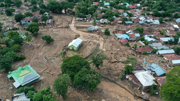 Số người chết do lũ lụt và sạt lở đất ở Indonesia tiếp tục tăng - Ảnh 1.