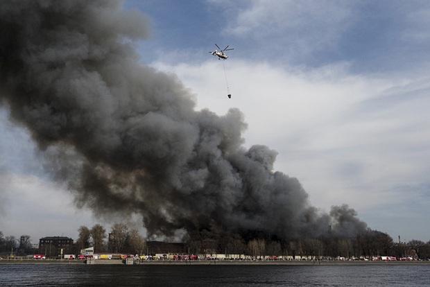 Cháy lớn trong đêm, nhà máy lịch sử Nevskaya Manufaktura ở St. Petersburg có nguy cơ đổ sập - Ảnh 3.