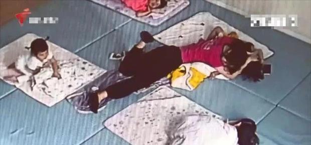 Con trai bị cô giáo mầm non hôn trong lúc ngủ để lại cả dấu răng, lời giải thích sau đó khiến bà mẹ không thể chấp nhận - Ảnh 2.