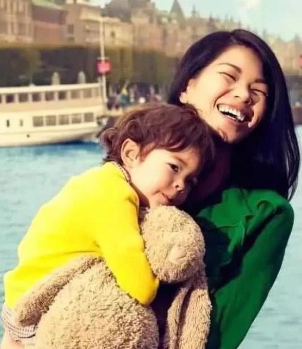 Siêu mẫu xấu nhất Trung Quốc kết hôn và sinh con trai, nhìn ngoại hình em bé ai cũng bất ngờ - Ảnh 8.