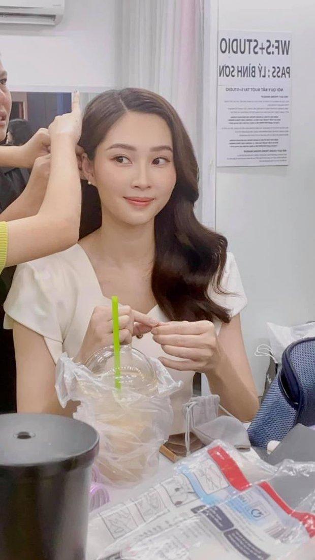 Ekip làm việc bóc nhan sắc của Hoa hậu Đặng Thu Thảo qua camera thường, chụp vội vài tấm mà vẫn xinh đến câm nín - Ảnh 2.