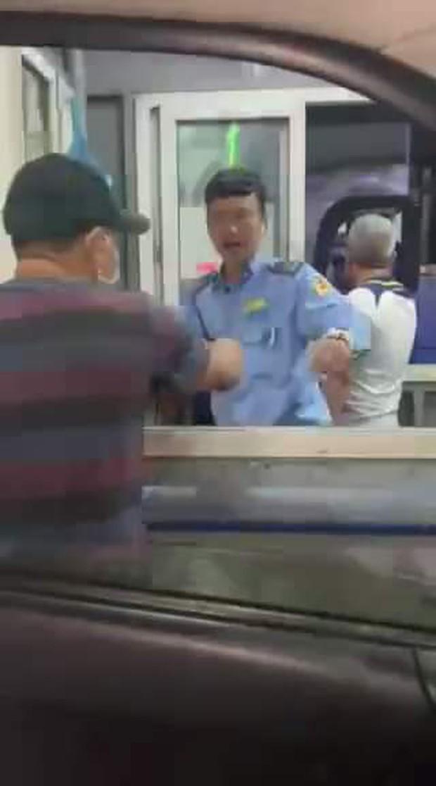 Xe cấp cứu chở bệnh nhân ung thư vẫn bị nhân viên Bến xe Đà Nẵng chặn đường thu tiền - Ảnh 1.
