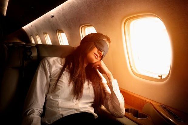 Tiếp viên hàng không lâu năm cảnh báo một thói quen tưởng rất bình thường nhưng lại vô vàn tác hại nên tránh khi đi máy bay - Ảnh 1.