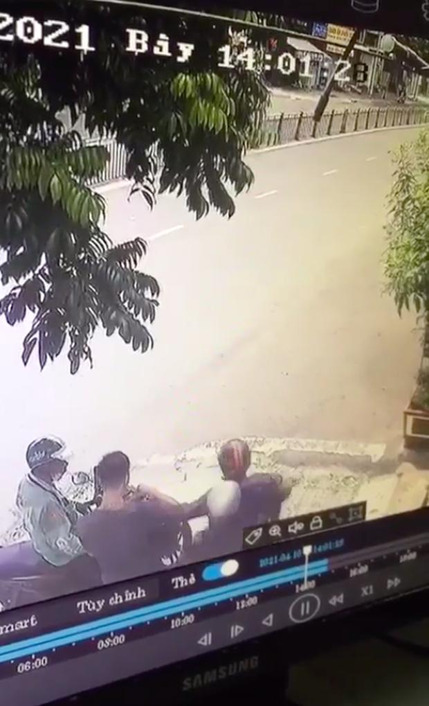 Đang nhận đồ từ tài xế xe ôm công nghệ, nam thanh niên bị đôi nam nữ cướp giật dây chuyền vàng - Ảnh 2.