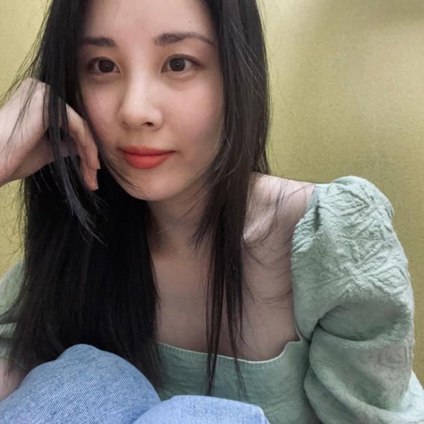 Seohyun (SNSD) xuất hiện giữa scandal chấn động: Cố mỉm cười nhưng lại lộ rõ 1 điểm gây xót xa - Ảnh 4.
