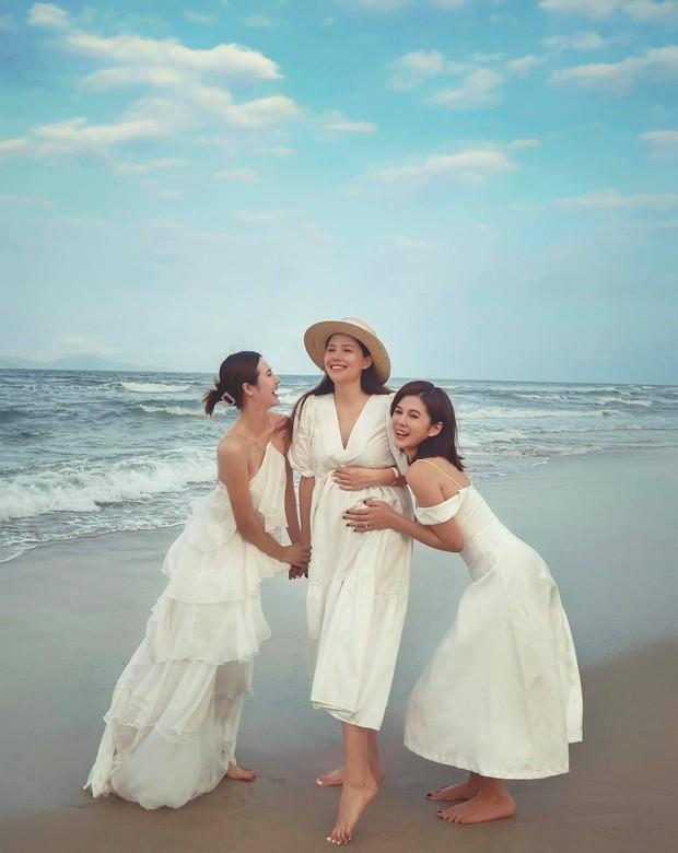 """Mẹ bầu Phanh Lee lên đồ """"sống ảo"""" cùng hội chị em, hé lộ vai trò đặc biệt của dàn mỹ nhân Vbiz với ái nữ hào môn sắp chào đời - Ảnh 6."""