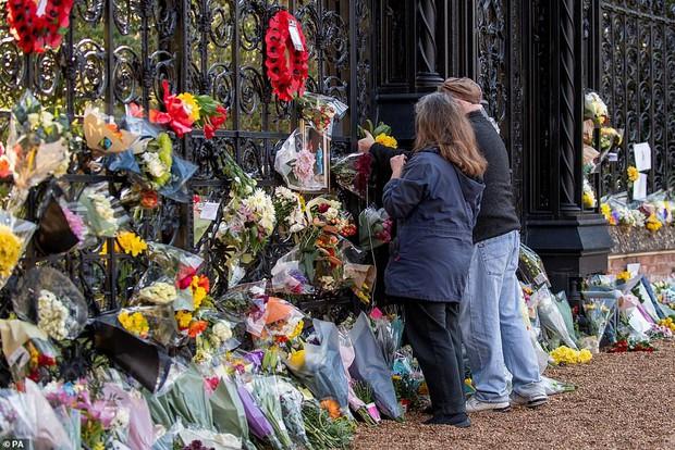 Dân Anh cảm kích trước hành động của Nữ hoàng Anh 4 ngày sau khi chồng qua đời, kêu gọi đừng để bà phải một mình tại lễ tang Hoàng thân - Ảnh 1.