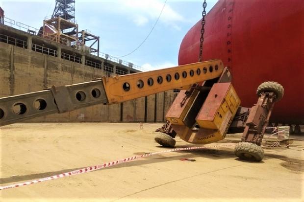 Xe nâng tại nhà máy đóng tàu bị lật, 2 công nhân rơi từ độ cao 25m tử vong - Ảnh 1.