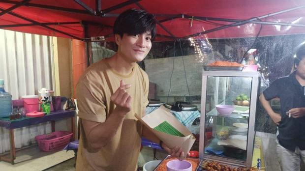Anh bán cơm tự dưng nổi tiếng vì giống Lee Min Ho, khách nữ đến nườm nượp chỉ để ngắm - Ảnh 3.