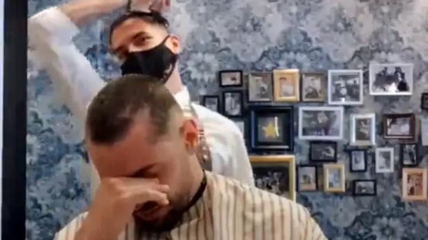 Đang làm việc, anh thợ cắt tóc bỗng nhiên đổi hướng cầm tông đơ tự cạo đầu mình, khi biết nguyên do ai cũng phải nghẹn ngào - Ảnh 3.
