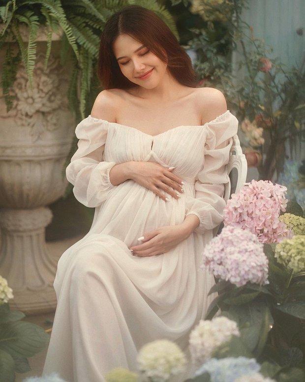 """Mẹ bầu Phanh Lee lên đồ """"sống ảo"""" cùng hội chị em, hé lộ vai trò đặc biệt của dàn mỹ nhân Vbiz với ái nữ hào môn sắp chào đời - Ảnh 8."""