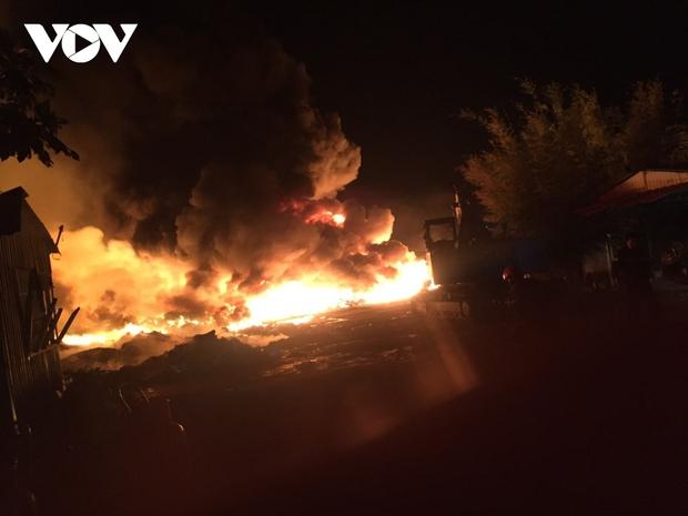 Cháy bãi phế liệu khủng gây náo loạn khu dân cư ở Tiền Giang - Ảnh 1.