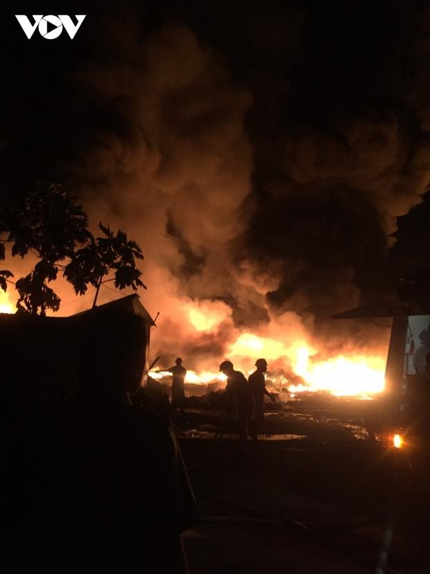 Cháy bãi phế liệu khủng gây náo loạn khu dân cư ở Tiền Giang - Ảnh 2.