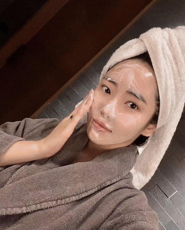 Nếu biết lý do khiến làn da ngày càng nhăn nheo mụn nhọt, bạn sẽ cạch đến già việc dùng khăn lau mặt - Ảnh 1.