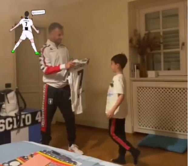 Cầu thủ bị Ronaldo từ chối đổi áo cuối cùng cũng có được thứ mình muốn theo cách rất đặc biệt - Ảnh 3.