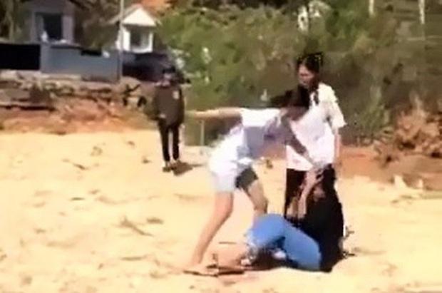 Phẫn nộ clip nhóm học sinh nữ cấp 2 ở Lâm Đồng kéo ra nghĩa trang đánh dằn mặt nhau - Ảnh 1.