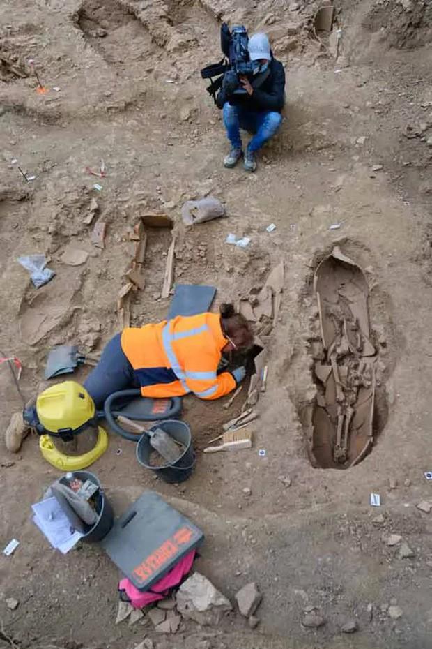 Mộ cổ lạ trên đảo kho báu: 40 người bị niêm phong trong bình rượu khổng lồ - Ảnh 3.