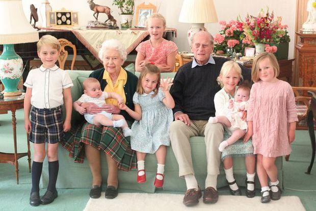 Các thành viên hoàng gia chia sẻ loạt ảnh chưa từng thấy của Hoàng tế Philip, đặc biệt nhất là tấm hình do vợ chồng Công nương Kate đăng - Ảnh 1.