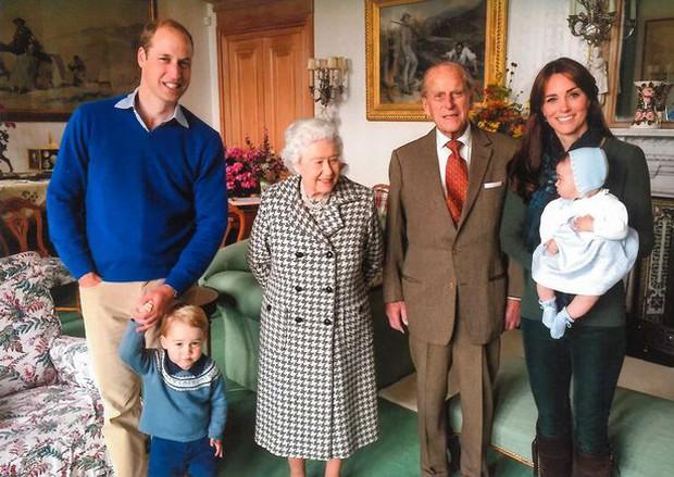 Các thành viên hoàng gia chia sẻ loạt ảnh chưa từng thấy của Hoàng tế Philip, đặc biệt nhất là tấm hình do vợ chồng Công nương Kate đăng - Ảnh 2.
