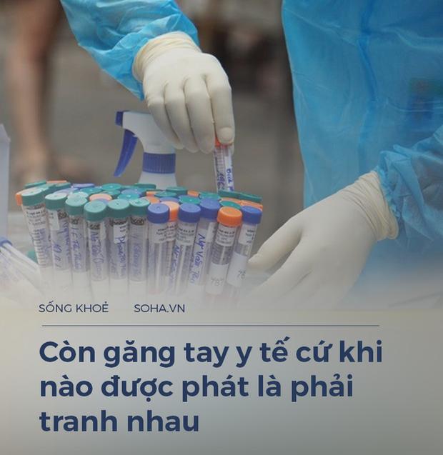 Một điều dưỡng 23 năm làm ở Bạch Mai: Giờ chúng tôi phải tranh nhau cả găng tay y tế, lương thì có lúc không đủ đóng học cho con - Ảnh 2.