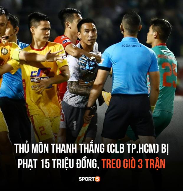Thủ môn CLB TP.HCM được giải oan vụ húc đầu trúng mồm trọng tài nhưng vẫn bị treo giò 3 trận - Ảnh 1.