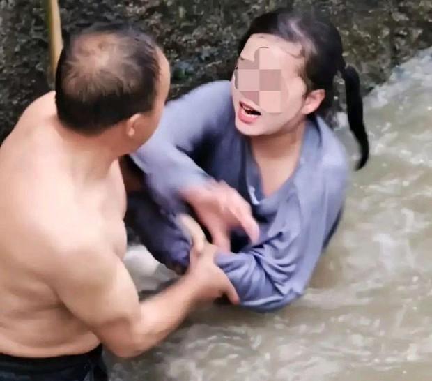 Cô gái nhảy sông tự sát còn hung hăng đánh người cứu mình, phản ứng đi vào lòng người của ông chú khiến dân tình vỗ tay tán thưởng - Ảnh 1.