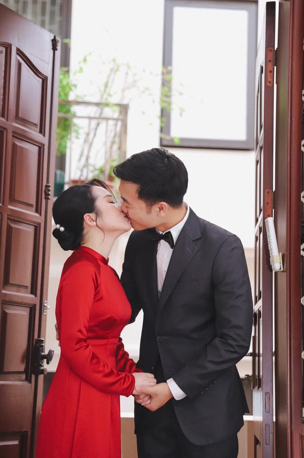 Ảnh xịn của Xuân Trường và Nhuệ Giang trong lễ ăn hỏi: Cô dâu chú rể hôn nhau đầy tình cảm - Ảnh 1.