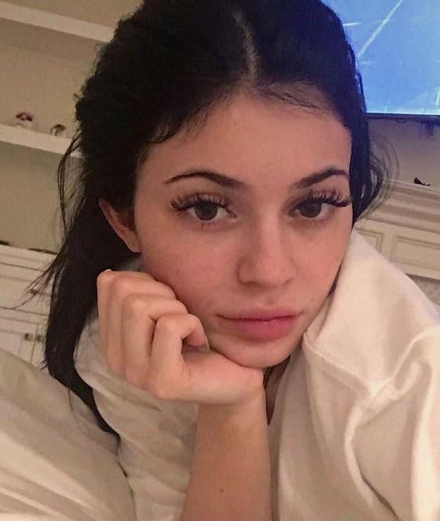 Bóc trần mặt mộc của dàn mỹ nhân Hollywood: Chị em Kendall - Kylie gây sốc, Selena và Hailey so kè khốc liệt visual thật - Ảnh 7.