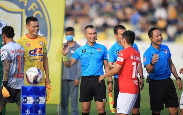 Trọng tài V.League nhờ công an vào cuộc vì bị thủ môn CLB TP.HCM hành hung - Ảnh 2.