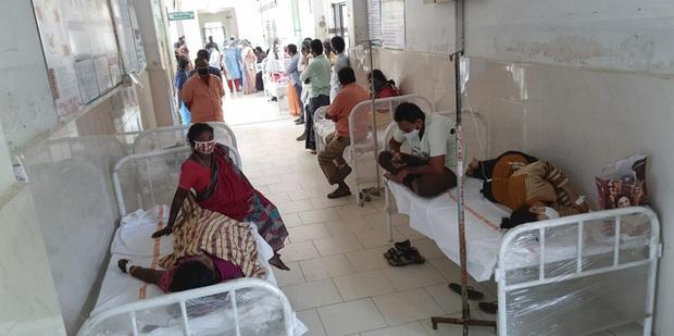 Số bệnh nhân COVID-19 tăng cao, Ấn Độ trong tình trạng quá tải bệnh viện, thiếu bình oxy - Ảnh 1.