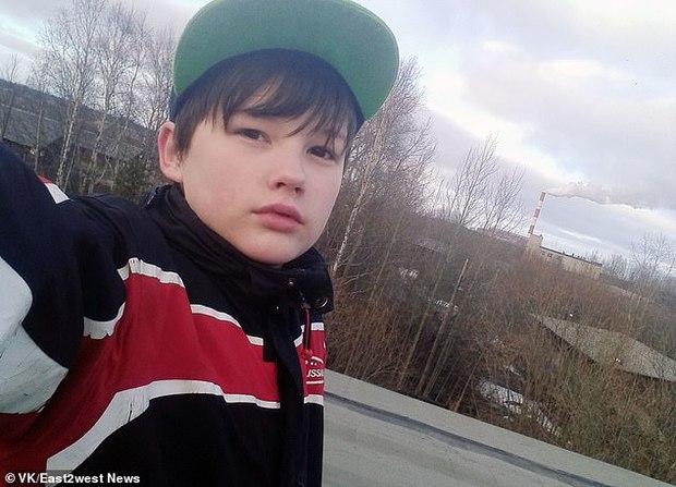 Mang quả tạ 3kg ra chống trả gã hàng xóm đang cưỡng hiếp mẹ, cậu bé bị đánh méo hộp sọ, mẹ ám ảnh không dám đến thăm con và cái kết đau lòng - Ảnh 1.