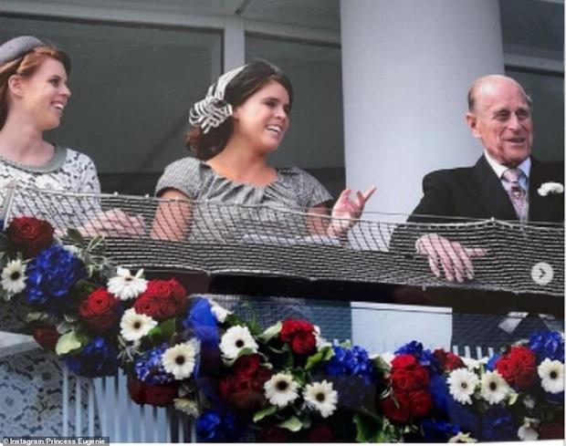 Các thành viên hoàng gia chia sẻ loạt ảnh chưa từng thấy của Hoàng tế Philip, đặc biệt nhất là tấm hình do vợ chồng Công nương Kate đăng - Ảnh 3.