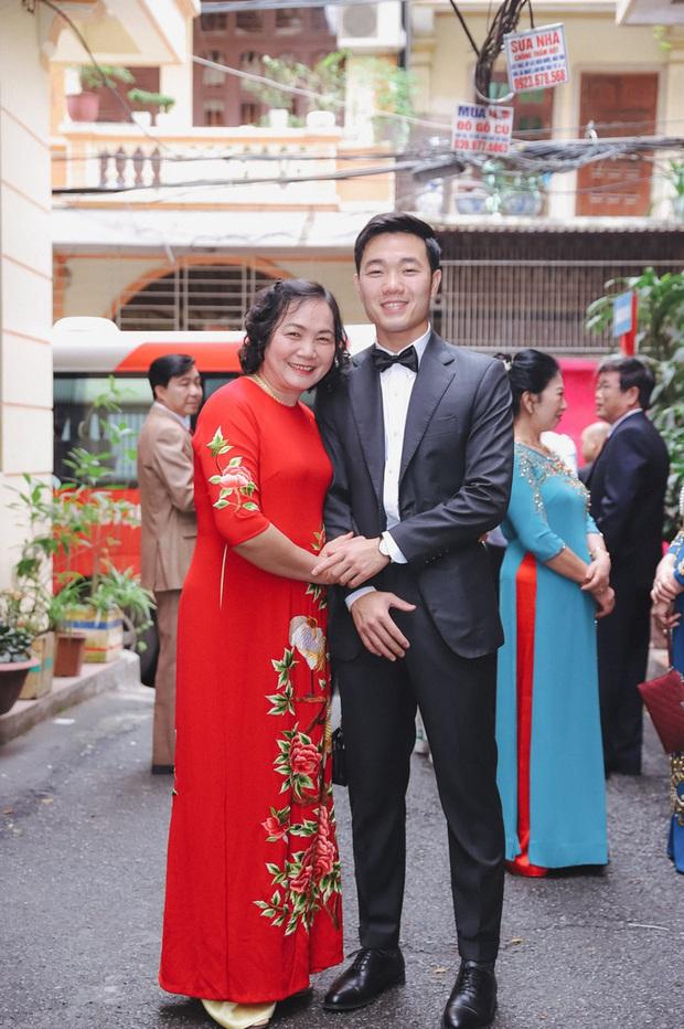 Ảnh xịn của Xuân Trường và Nhuệ Giang trong lễ ăn hỏi: Cô dâu chú rể hôn nhau đầy tình cảm - Ảnh 3.