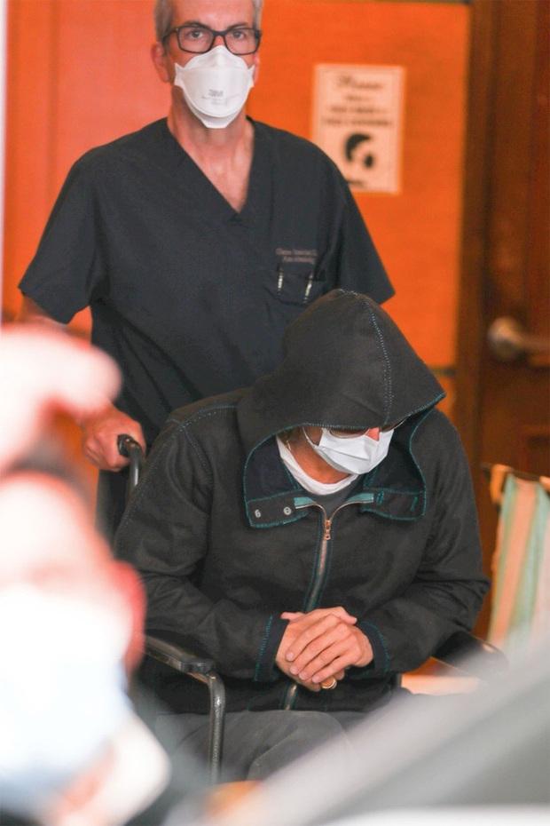 Xôn xao hình ảnh nam thần Hollywood Brad Pitt phải ngồi xe lăn, dáng vẻ tiều tụy, suy sụp - Ảnh 4.