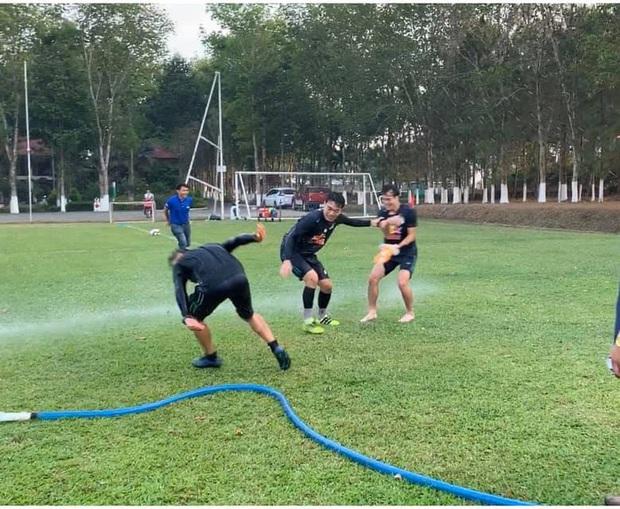 Văn Toàn cơ cực trong lễ hội té nước độc đáo ở Gia Lai - Ảnh 6.
