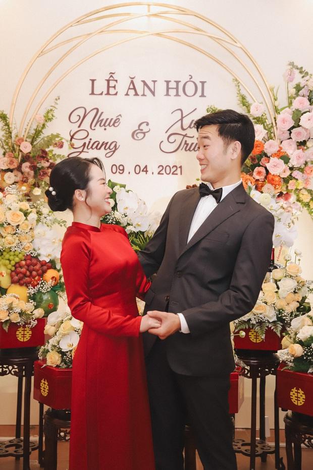 Ảnh xịn của Xuân Trường và Nhuệ Giang trong lễ ăn hỏi: Cô dâu chú rể hôn nhau đầy tình cảm - Ảnh 8.