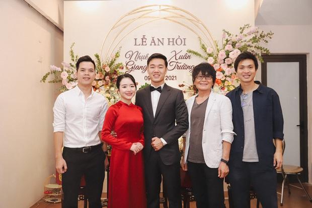 Ảnh xịn của Xuân Trường và Nhuệ Giang trong lễ ăn hỏi: Cô dâu chú rể hôn nhau đầy tình cảm - Ảnh 9.
