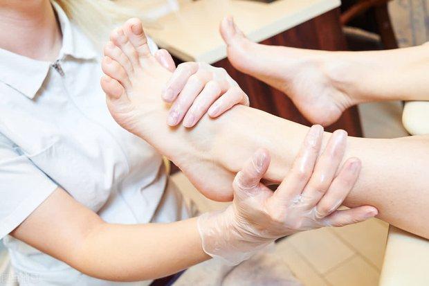 Ngâm chân rất tốt cho sức khỏe nhưng có 4 nhóm người tuyệt đối đừng ngâm chân kẻo gây hại cho sức khỏe - Ảnh 2.
