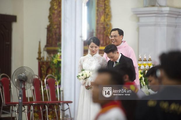 Thánh lễ hôn phối Phan Mạnh Quỳnh: Cô dâu xinh xỉu trong tà áo dài, chú rể chăm vợ từng li từng tí ở lễ đường hoành tráng - Ảnh 2.